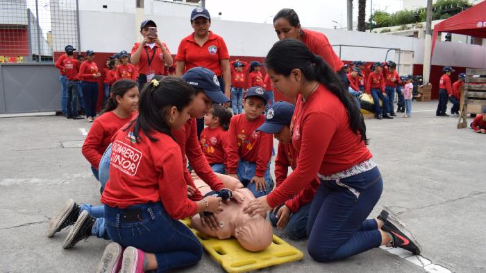 290ba4bbc Con la finalidad de enseñar a los niños y niñas de la ciudad qué hacer ante  una emergencia y temas básicos de prevención, el Cuerpo de Bomberos Machala  abre ...