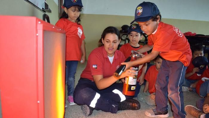 543a560ce Con la finalidad de enseñar a niños y niñas qué hacer ante una emergencia,  temas básicos de prevención, el Cuerpo de Bomberos Machala dicta curso para  niños ...