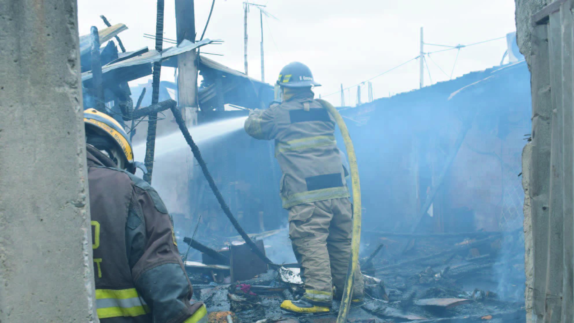 Bomberos de Machala controlaron incendio en una vivienda de el barrio Machalilla.